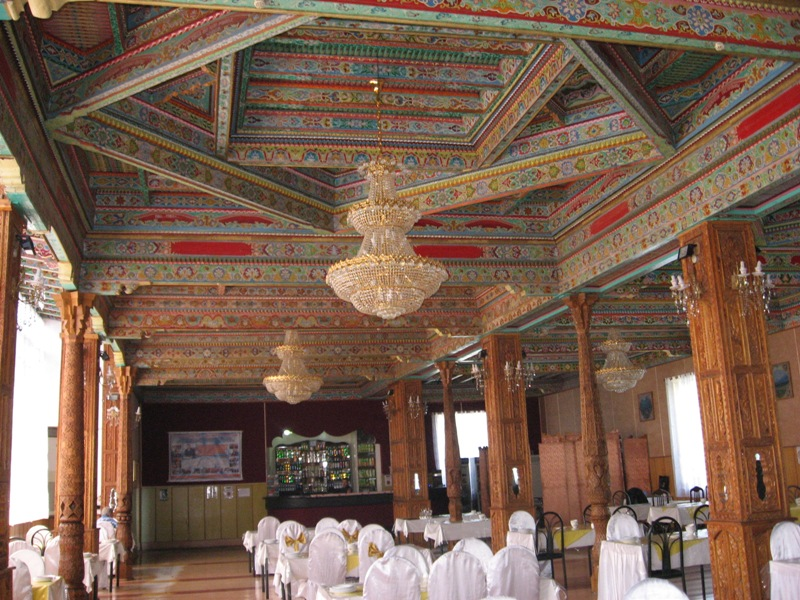 Чайхана. Потолок расписан красиво...