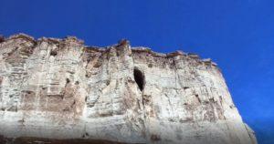 Пещера Алтын Тешик. Белая скала