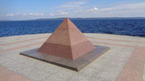 Пирамида на набережной в честь окончания строительства 2-ой очереди набережной в 2003 году, к празднику 300-летия основания Петрозаводска.