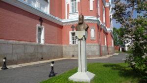 Памятник Алексию II на территории собора